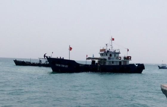 Quảng Ngãi: Tàu Tiên tri 07 đã đưa 30.000 lít xăng đến đảo Lý Sơn ảnh 1