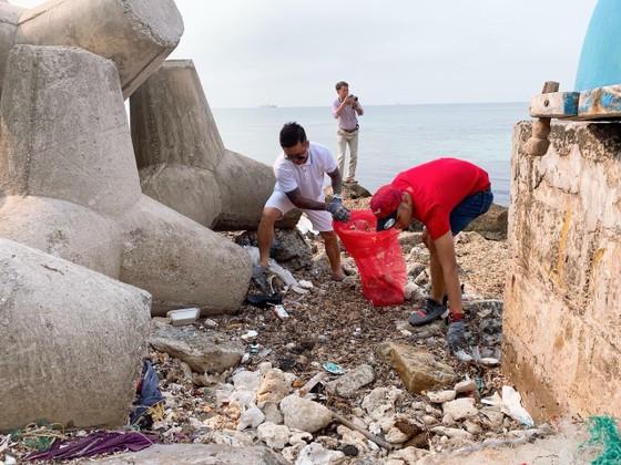 Ca sĩ Tuấn Hưng tham gia dọn sạch biển với người dân đảo Lý Sơn (Quảng Ngãi) ảnh 4
