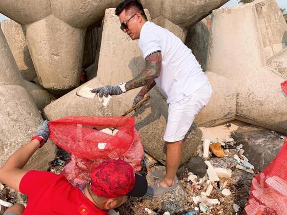 Ca sĩ Tuấn Hưng tham gia dọn sạch biển với người dân đảo Lý Sơn (Quảng Ngãi) ảnh 3