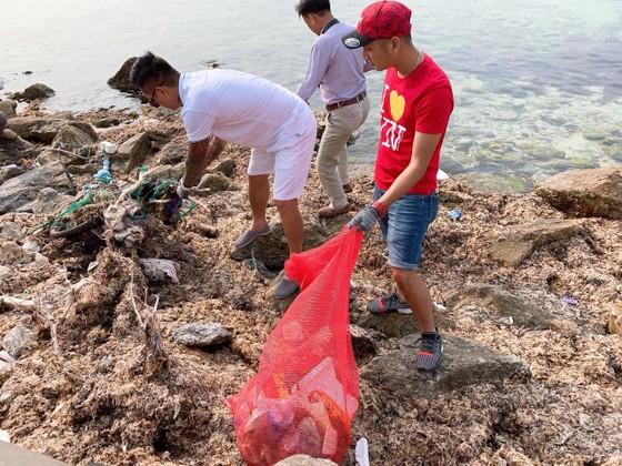 Ca sĩ Tuấn Hưng tham gia dọn sạch biển với người dân đảo Lý Sơn (Quảng Ngãi) ảnh 2