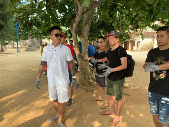Ca sĩ Tuấn Hưng tham gia dọn sạch biển với người dân đảo Lý Sơn (Quảng Ngãi) ảnh 1