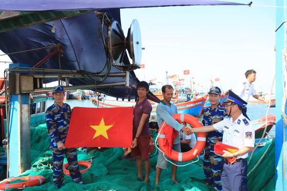 Cảnh sát biển thăm và tặng quà cho ngư dân đảo Lý Sơn ảnh 2