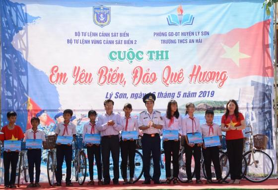 Cảnh sát biển thăm và tặng quà cho ngư dân đảo Lý Sơn ảnh 1