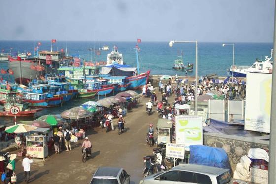 """Tàu siêu tốc """"lấn át"""" tàu cao tốc và cuộc đua đến đảo Lý Sơn (Quảng Ngãi) ảnh 1"""