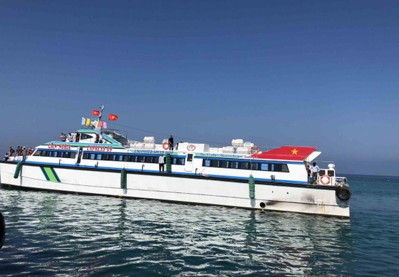 """Tàu siêu tốc """"lấn át"""" tàu cao tốc và cuộc đua đến đảo Lý Sơn (Quảng Ngãi) ảnh 2"""