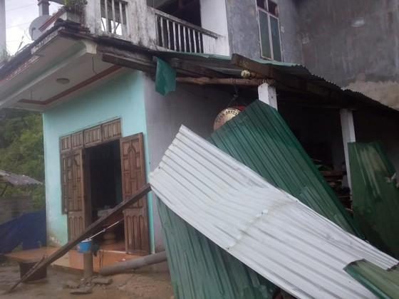 Lốc xoáy cuốn đổ sập hàng chục ngôi nhà ở Quảng Ngãi ảnh 2