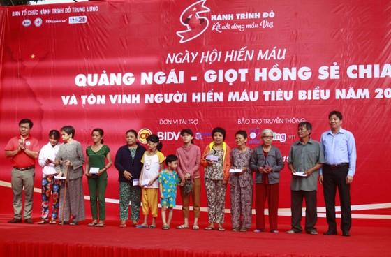 """Khai mạc Hành trình Đỏ """"Quảng Ngãi - Giọt hồng sẻ chia"""" ảnh 3"""