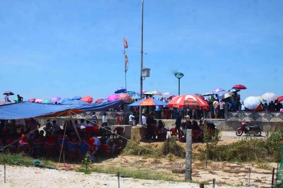 Hàng ngàn người dân đội nắng xem đua thuyền ở đảo Lý Sơn ảnh 2