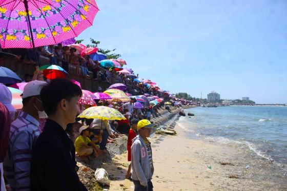 Hàng ngàn người dân đội nắng xem đua thuyền ở đảo Lý Sơn ảnh 4