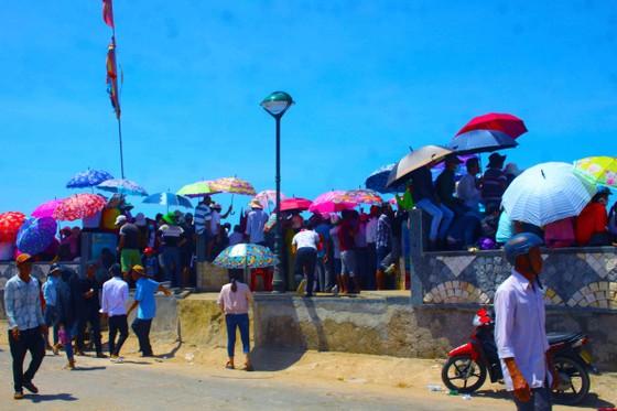 Hàng ngàn người dân đội nắng xem đua thuyền ở đảo Lý Sơn ảnh 3