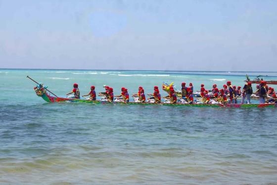 Hàng ngàn người dân đội nắng xem đua thuyền ở đảo Lý Sơn ảnh 6