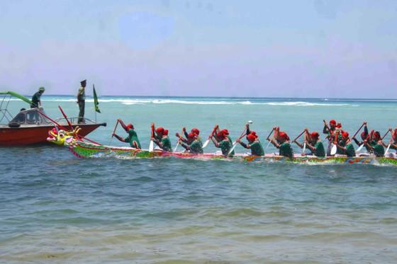 Hàng ngàn người dân đội nắng xem đua thuyền ở đảo Lý Sơn ảnh 5