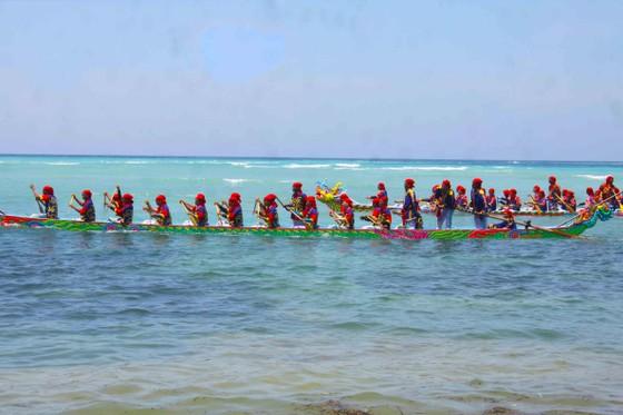 Hàng ngàn người dân đội nắng xem đua thuyền ở đảo Lý Sơn ảnh 1