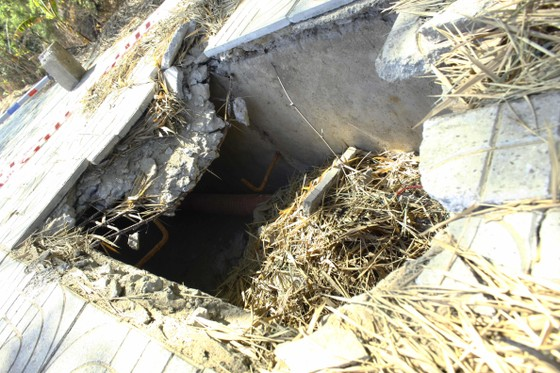 Gạch lát hệ thống cáp ngầm bị sụp gãy, bể vỡ  ảnh 1