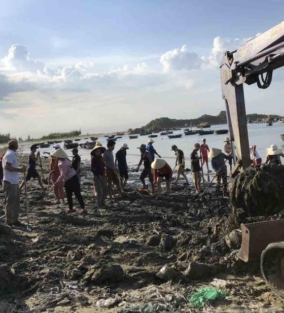 Chỉ 7 ngày, 140 người dân dọn sạch rác bãi biển Sa Cần  ảnh 3