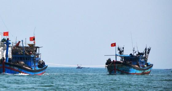 Tàu cá bị hỏng máy thả trôi trên biển, 12 ngư dân đang cần cứu ảnh 1