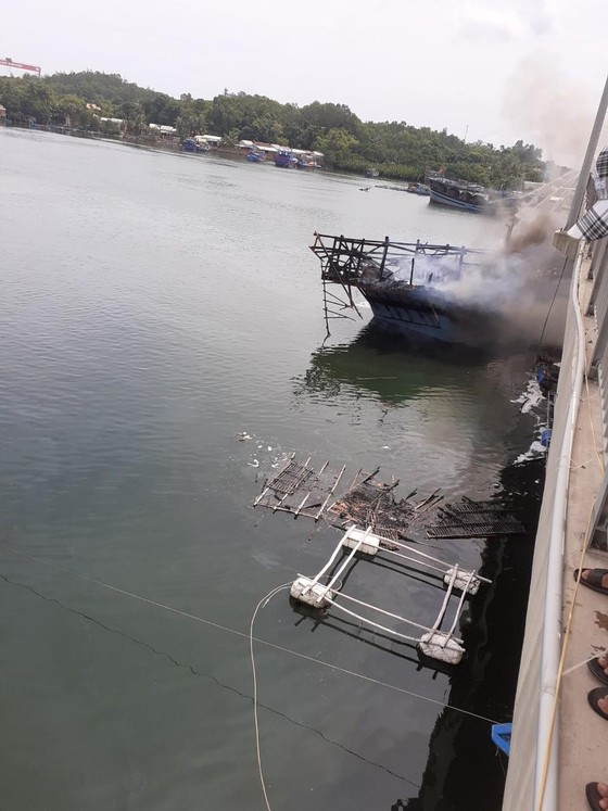 Quảng Ngãi: Tàu cá đang chờ xuất bến bất ngờ bị thiêu rụi ảnh 3