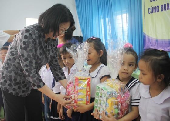 Phó Chủ tịch nước Đặng Thị Ngọc Thịnh thăm Trung tâm Võ Hồng Sơn ảnh 3