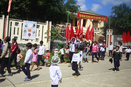 Quảng Ngãi: Mang trung thu đến với trẻ em vùng núi ảnh 9