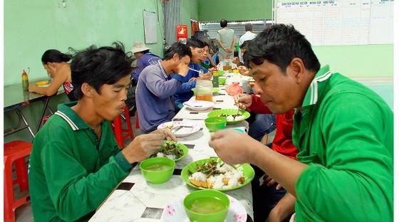 Lo cơm trưa giúp người nghèo vùng biên ảnh 1
