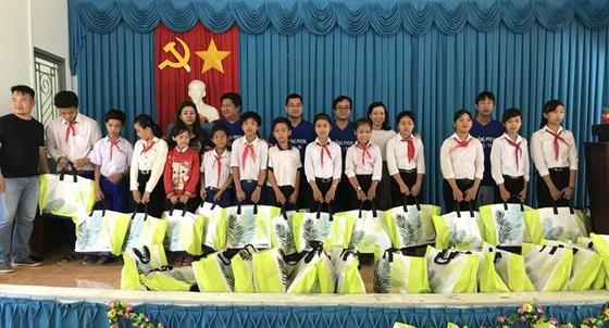 Tặng quà học sinh nghèo huyện Giồng Trôm, tỉnh Bến Tre ảnh 1