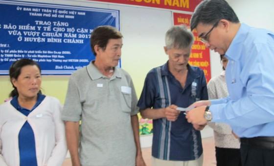 Tặng thẻ BHYT hộ cận nghèo vừa vượt chuẩn tại Bình Chánh ảnh 2