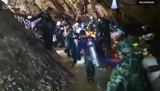 """Tất cả 13 thành viên đội bóng """"nhí"""" Thái Lan đã được giải cứu, HLV 25 tuổi ra sau cùng ảnh 2"""