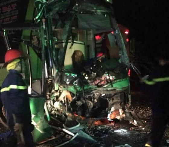 Hai xe khách giường nằm tông nhau, 24 người bị thương nặng ảnh 1