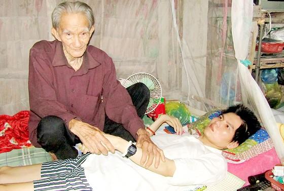 Cha gần 100 tuổi chăm con liệt giường ảnh 1