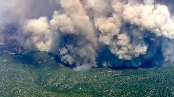 Cháy rừng lan rộng ở California: 2 người thiệt mạng, hàng chục ngàn người phải sơ tán ảnh 2