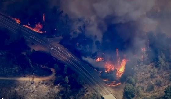 Cháy rừng lan rộng ở California: 2 người thiệt mạng, hàng chục ngàn người phải sơ tán ảnh 1