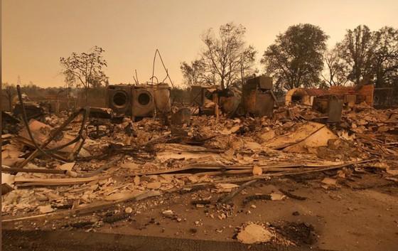 Cháy rừng lan rộng ở California: 2 người thiệt mạng, hàng chục ngàn người phải sơ tán ảnh 3