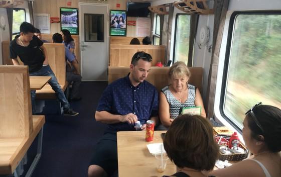 Đóng mới toa xe, tăng chất lượng dịch vụ tàu lửa mùa tết ảnh 1