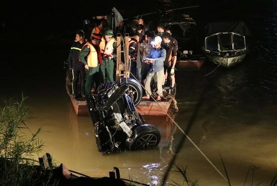 Đã xác định danh tính 2 nạn nhân trong vụ chiếc xe Mercedes rơi từ cầu Chương Dương ảnh 2