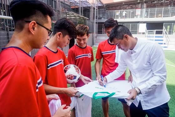 Công Vinh truyền cảm hứng bóng đá cho học sinh NHG ảnh 7