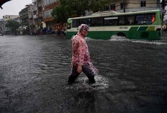 Từ chiều nay 25-11, TPHCM mưa to đến 200mm, có thể ngập lụt ảnh 2