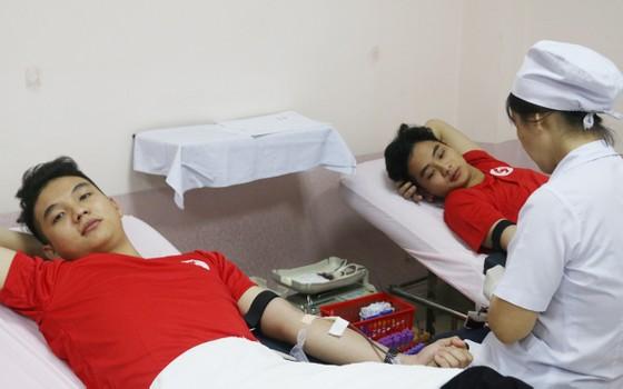 Vượt mưa bão, hàng trăm bạn trẻ tham gia hiến máu ảnh 1