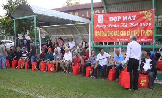 Tặng quà tết cho 40 cựu cầu thủ TPHCM có hoàn cảnh khó khăn ảnh 2