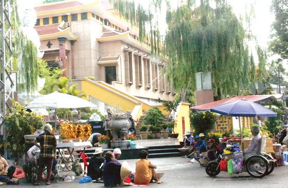 Hình ảnh bát nháo tại đền, chùa ngày đầu năm ảnh 1