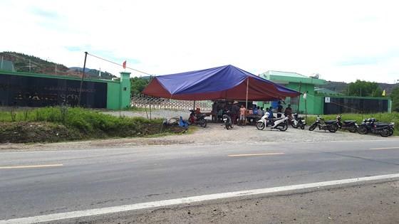 Người dân lại dựng rạp chặn cổng, phản đối nhà máy xử lý rác thải  ảnh 1