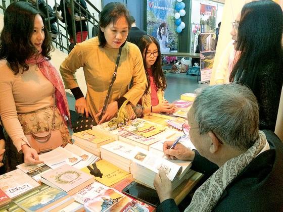 Mang sách đến với người Việt tại Pháp ảnh 1