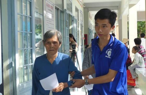 Khám bệnh từ thiện, tặng quà 500 người nghèo tại tỉnh Vĩnh Long ảnh 1