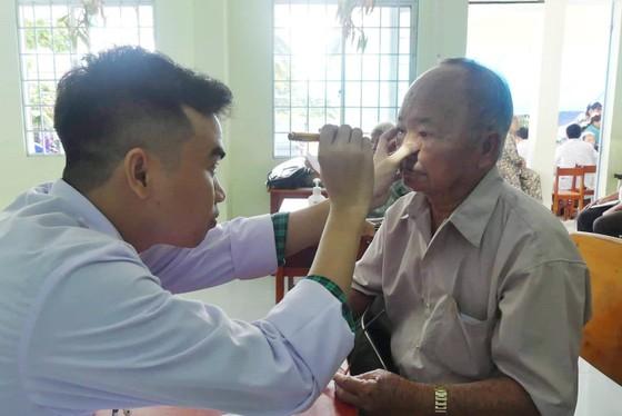 Khám bệnh từ thiện, tặng quà 500 người nghèo tại tỉnh Vĩnh Long ảnh 3