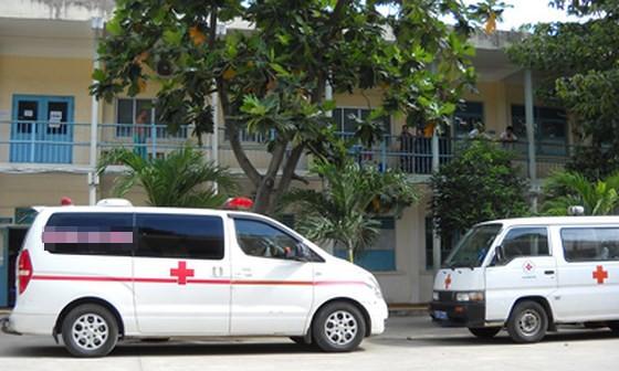 Xe cứu thương lạm dụng quyền ưu tiên ảnh 1