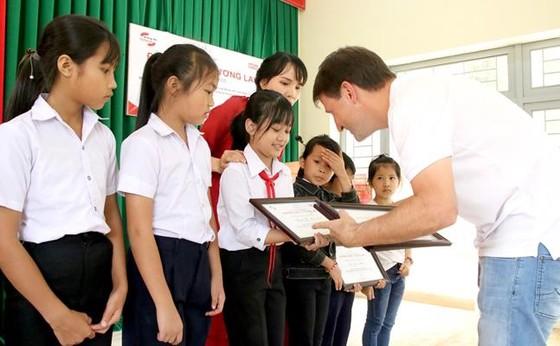 Home Credit Việt Nam trao học bổng và tặng quà học sinh Đắk Lắk ảnh 2