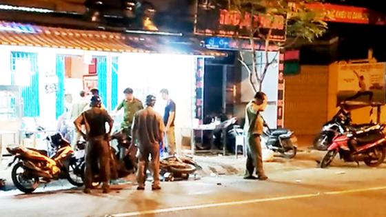 2 nhóm thanh niên hỗn chiến tại quán hủ tiếu, 1 người bị đánh gục tại chỗ ảnh 1