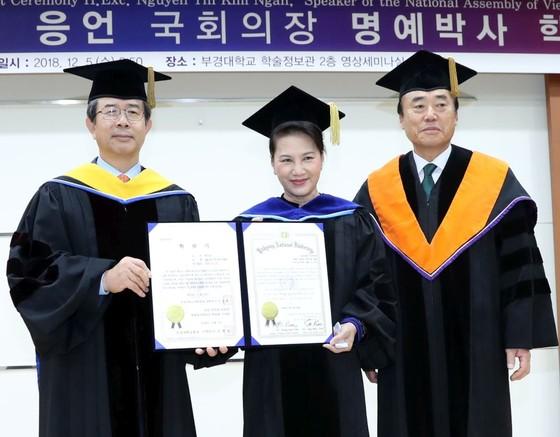 國會主席阮氏金銀榮獲韓國政治系名譽博士證書 ảnh 1