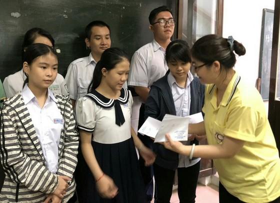 台商李桂芬向貧困學生頒發助學金 ảnh 1