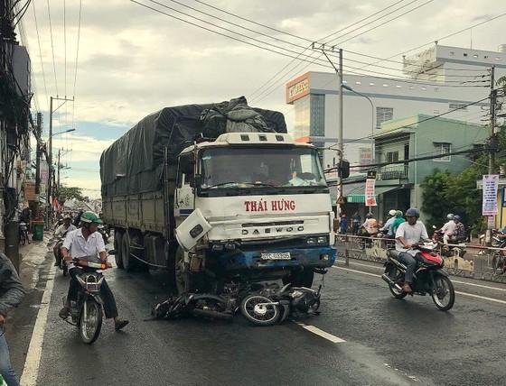 Xe tải tông 8 xe máy, 10 người nguy kịch ảnh 1