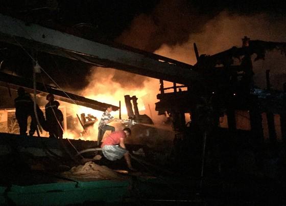Cháy 2 tàu cá của ngư dân khi đang trú bão số 9, thiệt hại trên 1 tỉ đồng ảnh 2